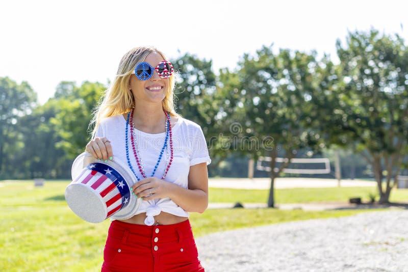 Ursnygg patriotisk blond modell Enjoying The 4th Juli Festivi royaltyfri fotografi