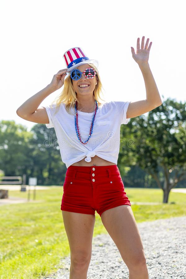 Ursnygg patriotisk blond modell Enjoying The 4th Juli Festivi arkivbilder