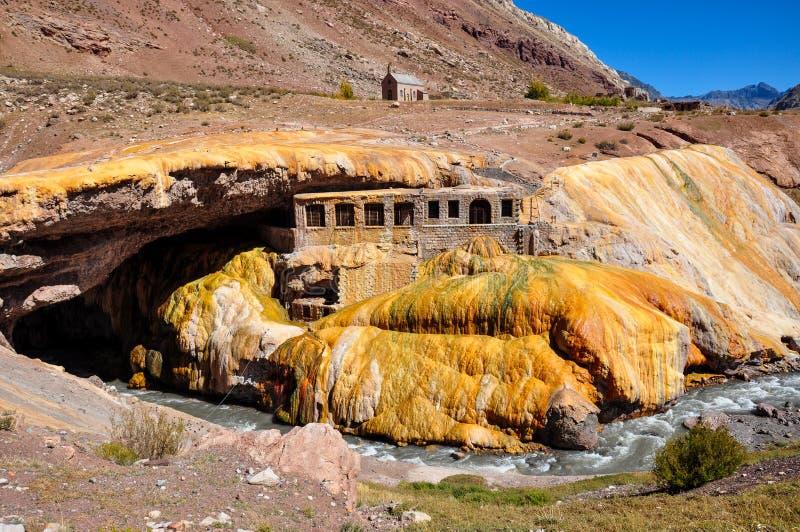 Ursnygg Puente del Inca fördärvar mellan Chile och Argentina royaltyfri foto