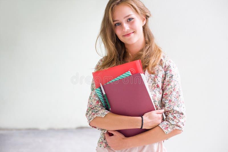 Ursnygg säker ung deltagarekvinna. royaltyfri bild