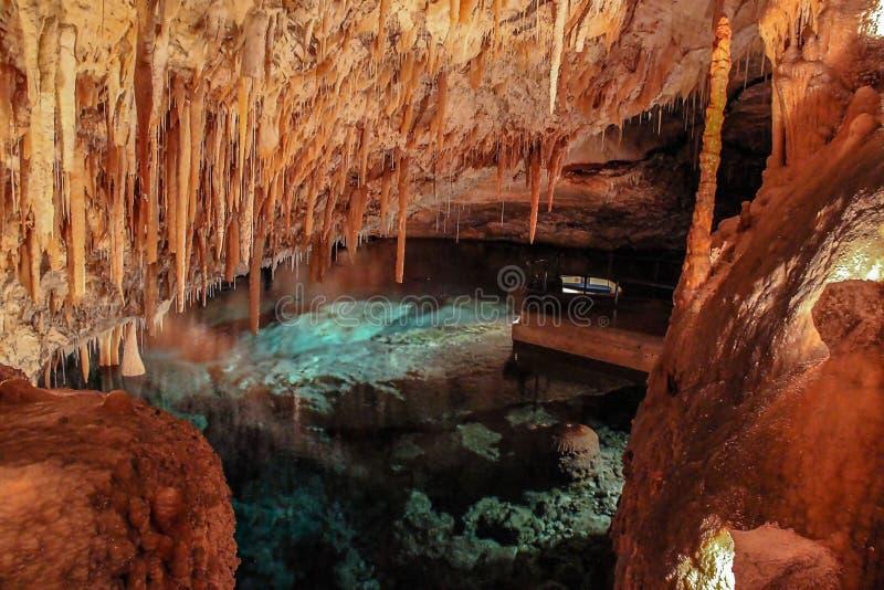 Ursnygg sikt av Crystal Caves av Bermuda Härliga bakgrunder royaltyfria bilder
