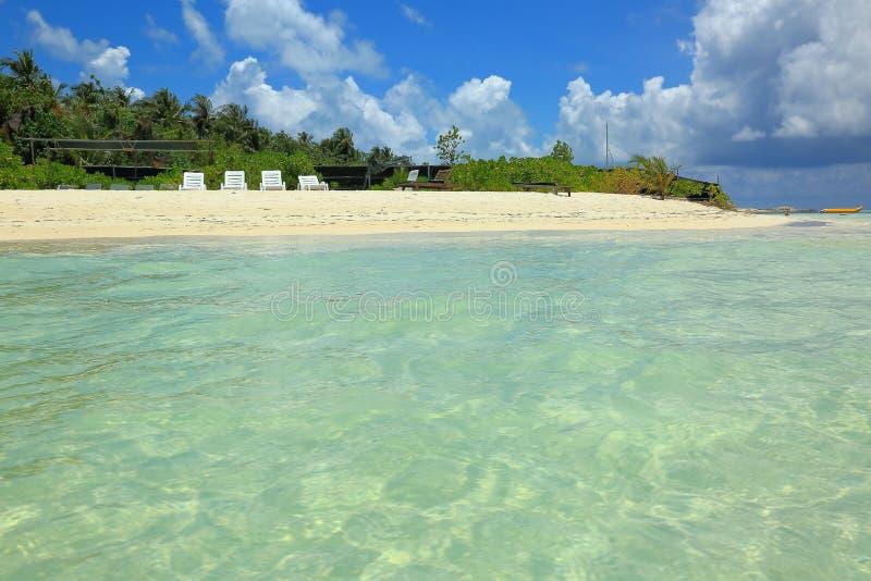 Ursnygg sikt av den vita sandbikinistranden, Maldiverna Klart turkosvatten av Indiska oceanen, gröna träd och blå himmel arkivfoto
