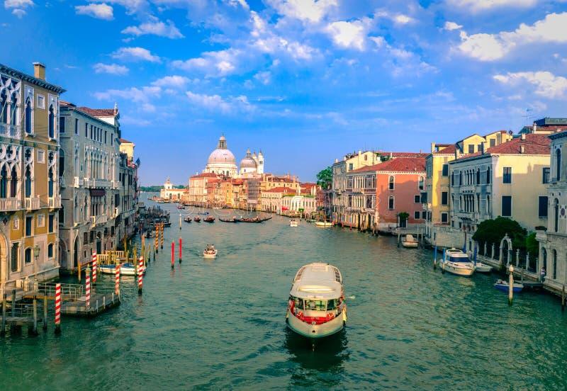 Ursnygg sikt av Grand Canal och basilikan Santa Maria della Salute royaltyfri bild