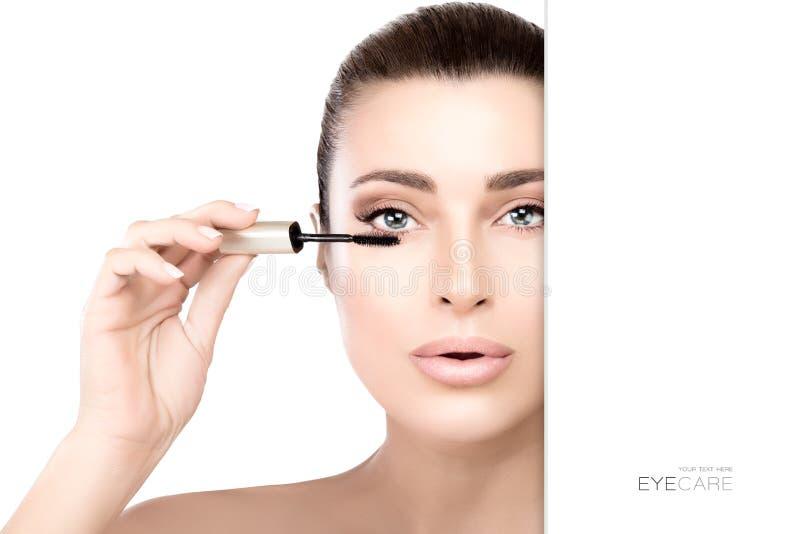 Ursnygg skönhetmodell som applicerar mascara royaltyfria foton