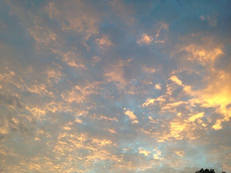 ursnygg sky arkivfoton