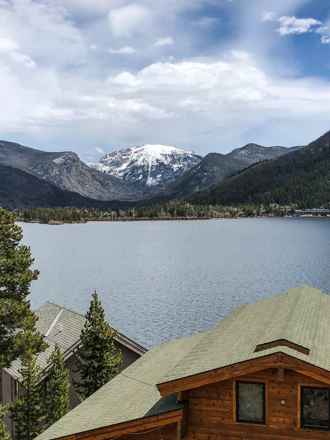 Ursnygg snöig berg- och sjösikt i Colorado fotografering för bildbyråer