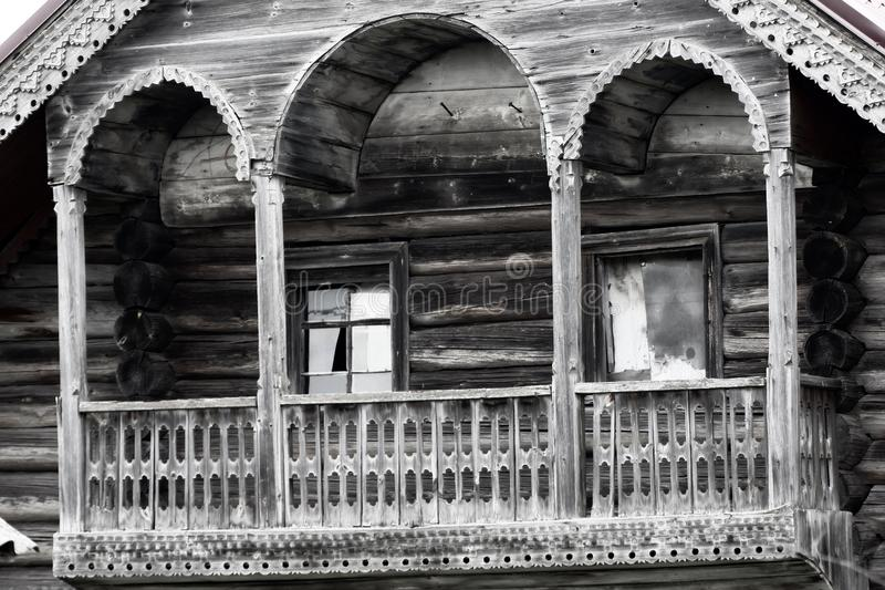 Ursnygg sniden balkong, torntyp (Terem), kammare, gammalt hus, royaltyfria bilder