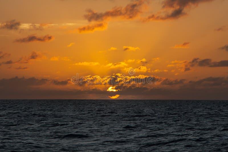 Ursnygg solnedgång över det karibiska havet royaltyfri bild