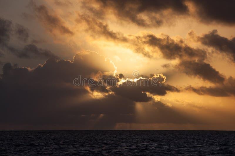 Ursnygg soluppgång över det karibiska havet arkivfoton