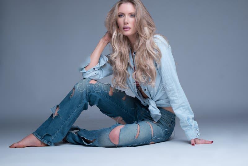 Ursnygg spenslig blond kvinna i märkes- jeans arkivbilder