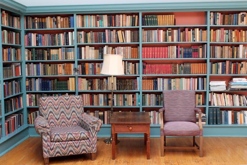 Ursnygg studie med rader av böcker och väl till mods stolar, Oneida Community Mansion House, Oneida New York, 2018 arkivfoto