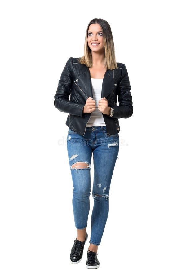 Ursnygg tillfällig gullig flicka med ombrefrisyren i svart läderomslag arkivbilder