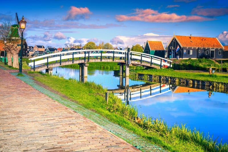Ursnygg touristic by Zaanse Schans nära Amsterdam, Nederländerna, Europa arkivfoto