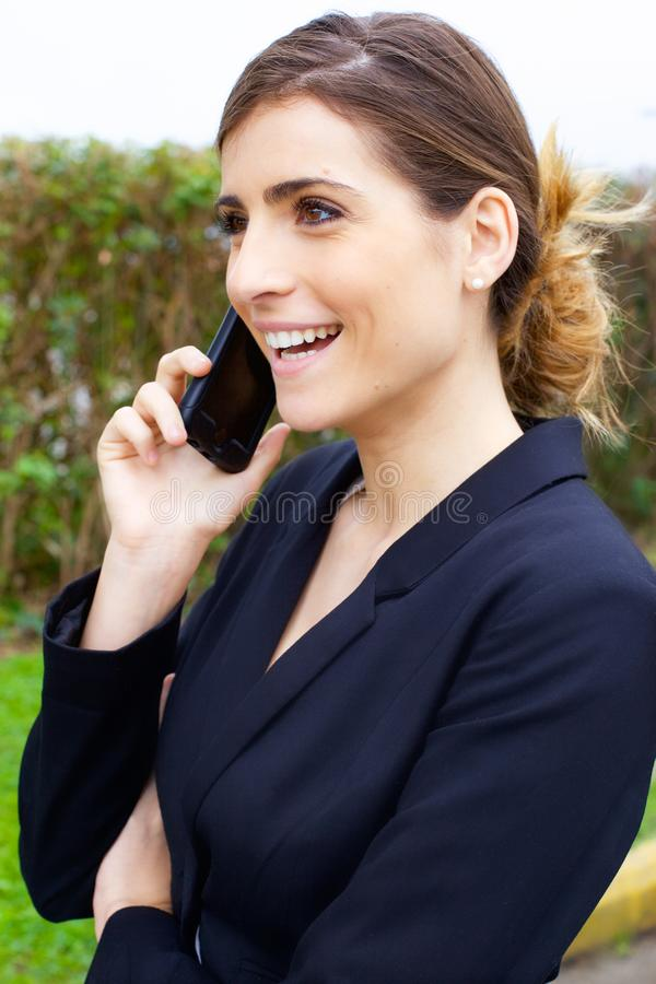 Ursnygg ung affärskvinna som ler samtal på telefonen arkivbilder