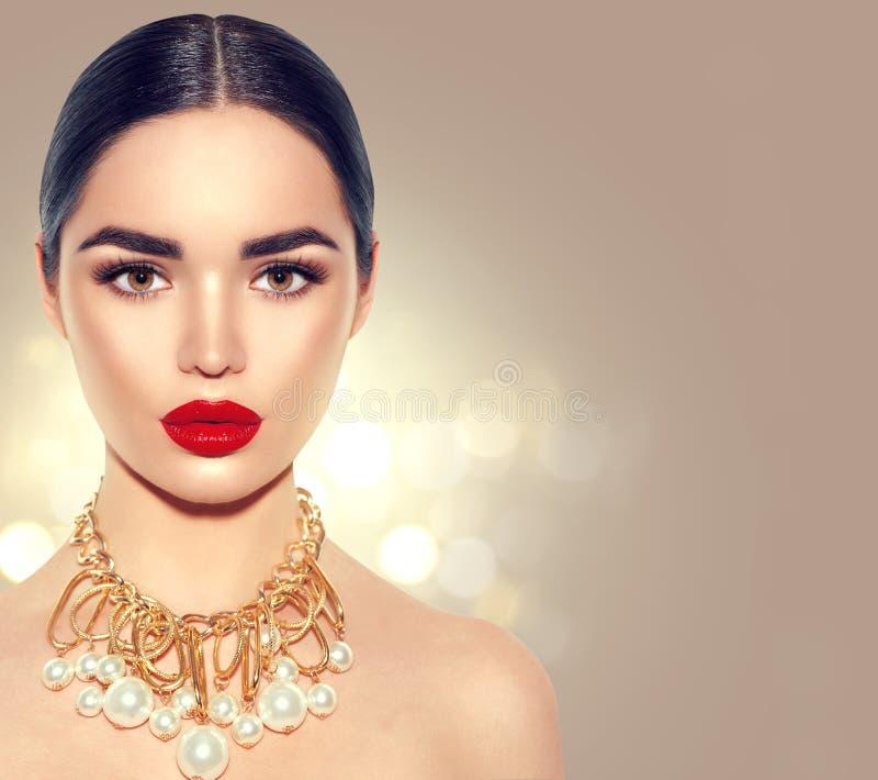 Ursnygg ung brunettkvinnastående royaltyfria bilder