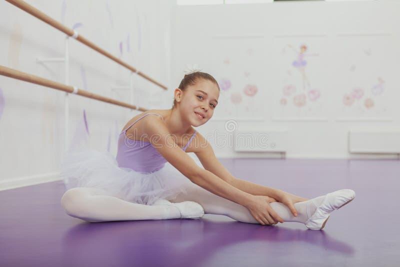 Ursnygg ung flickaballerina som öva på dansstudion royaltyfri fotografi