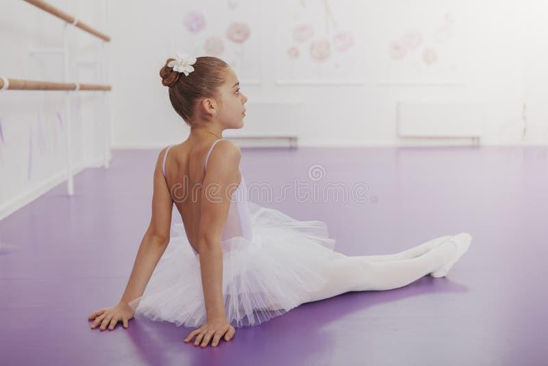 Ursnygg ung flickaballerina som öva på dansstudion arkivfoton