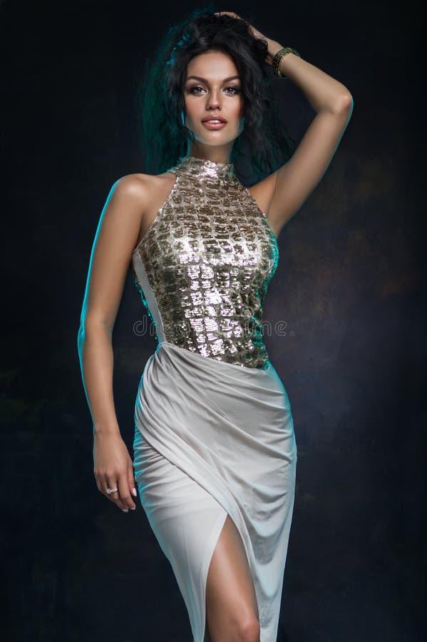 Ursnygg ung kvinna i härlig lång klänning royaltyfri foto