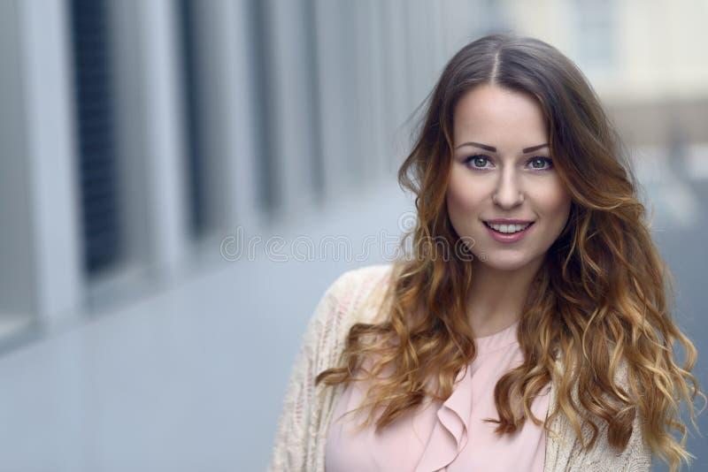 Ursnygg ung kvinna med ett älskvärt leende royaltyfri foto