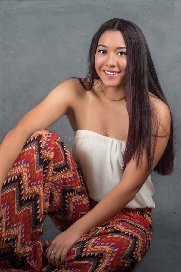 Ursnygg ung kvinna med långt mörkt hår arkivfoton