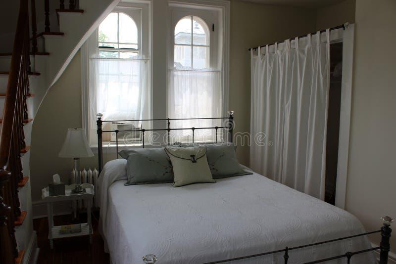 Ursnygga fönster och lång slingrig trappuppgång i sovrummet, Oneida Community Mansion House, 2018 royaltyfri fotografi