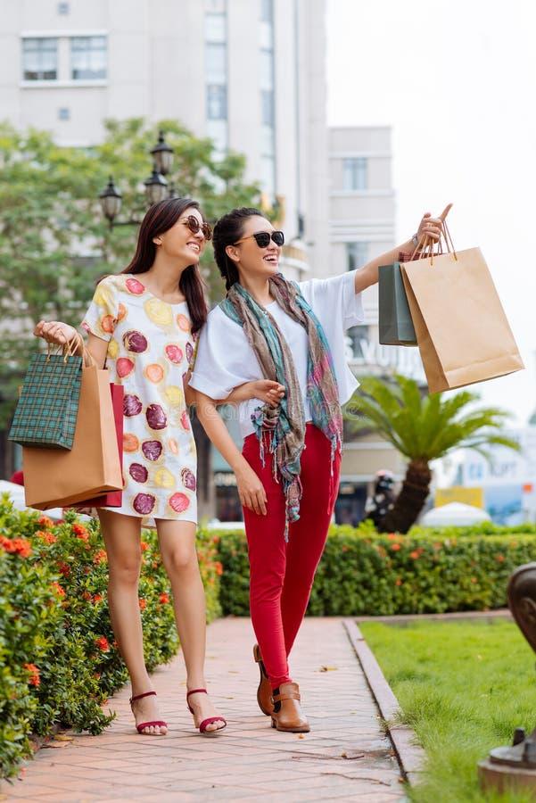 Ursnygga flickor med shoppingpåsar arkivbilder