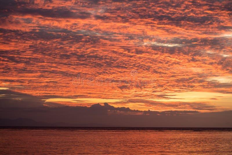 Ursnygga himlar i det tropiska Stillahavs- fotografering för bildbyråer