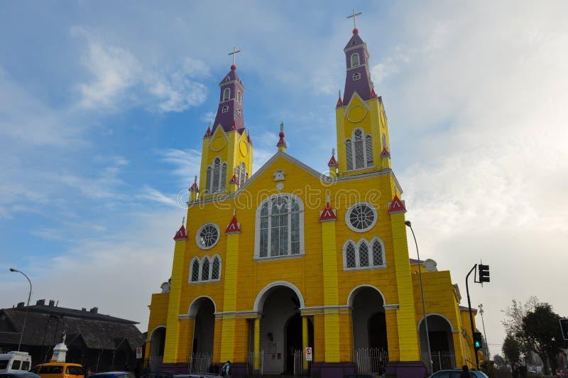 Ursnygga kulöra och träkyrkor, Chiloe ö, Chile royaltyfri foto