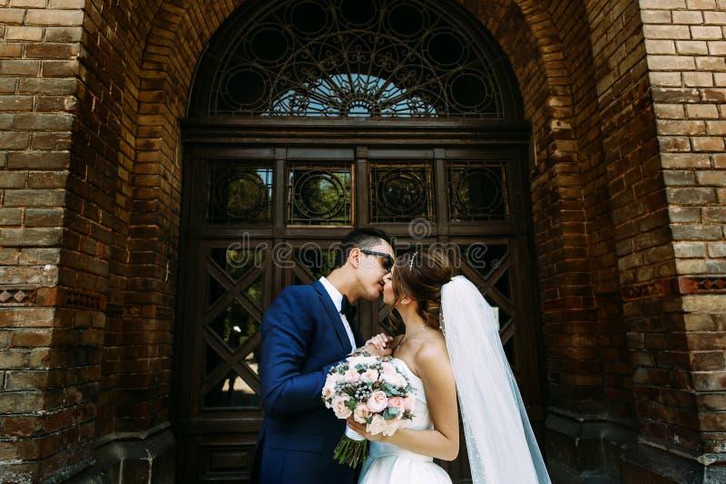 Ursnygga par och fantastisk dörr bakom fotografering för bildbyråer