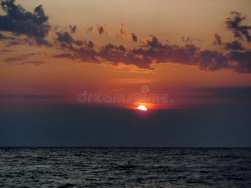 Ursnygga solnedgångar av Blacket Sea! Overklig skönhet verkar för att vara en vanlig händelse arkivfoton