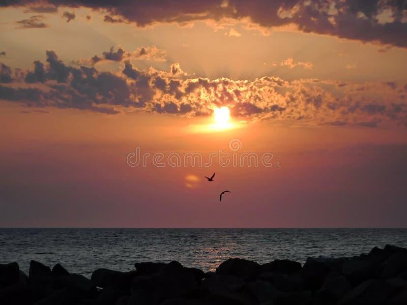 Ursnygga solnedgångar av Blacket Sea! Overklig skönhet verkar för att vara en vanlig händelse royaltyfri foto