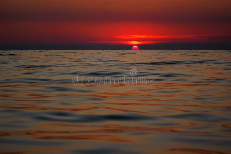 Ursnygga solnedgångar av Blacket Sea! Overklig skönhet verkar för att vara en vanlig händelse royaltyfria foton