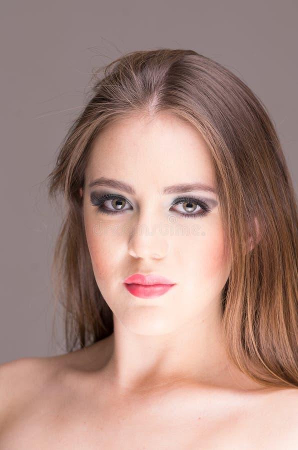 Ursnygga ung kvinnas framsida med makeup fotografering för bildbyråer