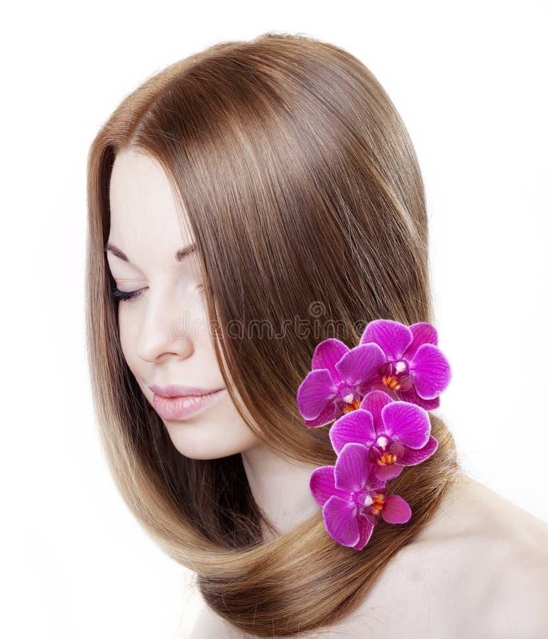 ursnyggt hår för härlig flicka henne orchids arkivfoton