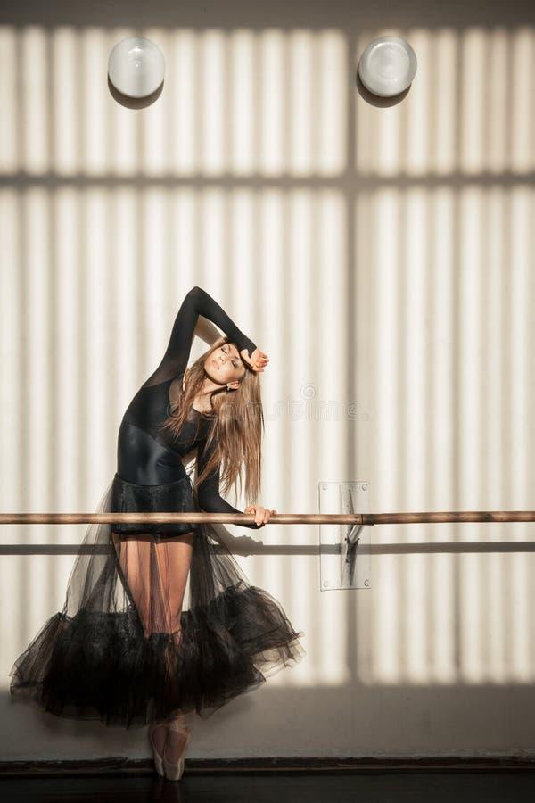 Ursnyggt kvinnligt balettdansöranseende på väggen royaltyfri bild