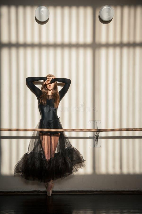 Ursnyggt kvinnligt balettdansöranseende på väggen royaltyfria bilder