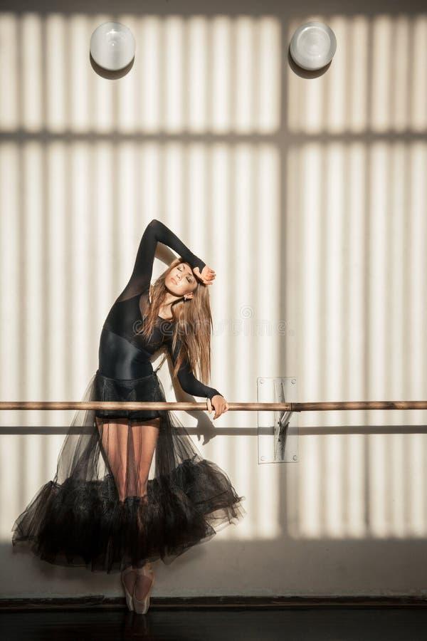 Ursnyggt kvinnligt balettdansöranseende på väggen arkivfoto