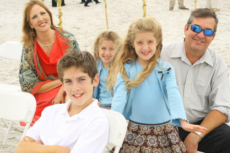 Ursnyggt lyckligt för strandfamilj