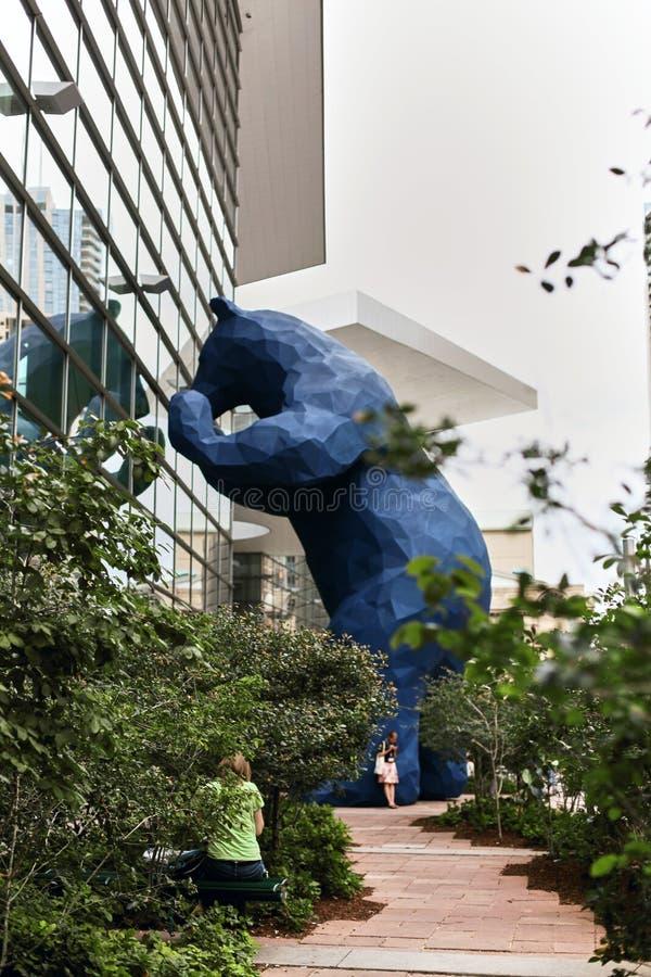 Urso azul enorme no Colorado Convention Center foto de stock royalty free