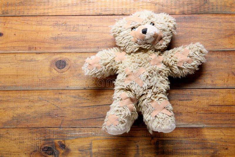 Urso da peluche com atadura imagem de stock royalty free