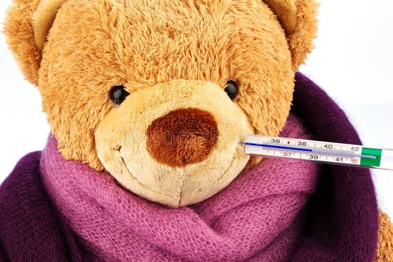 Urso da peluche com termômetro imagens de stock