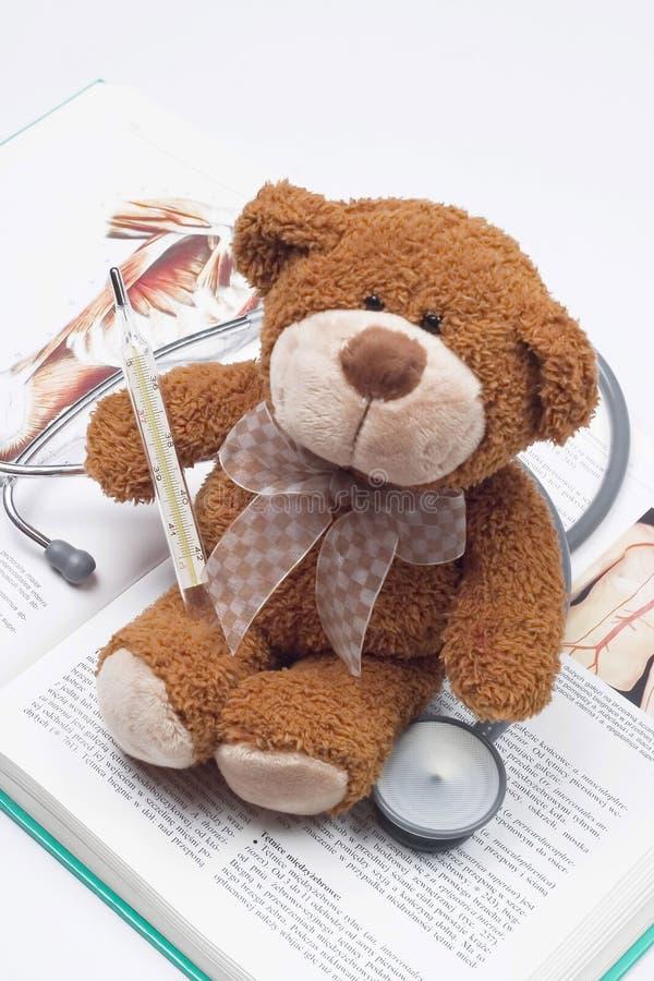 Urso da peluche como um doutor imagens de stock royalty free
