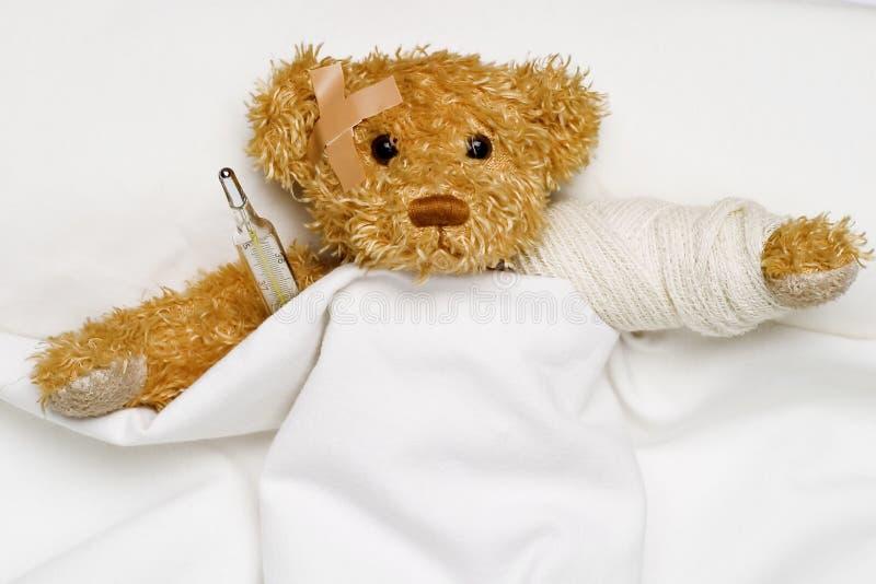 Urso da peluche como um paciente imagem de stock royalty free