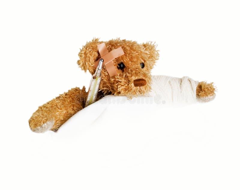 Urso da peluche como um paciente - com o braço quebrado foto de stock royalty free
