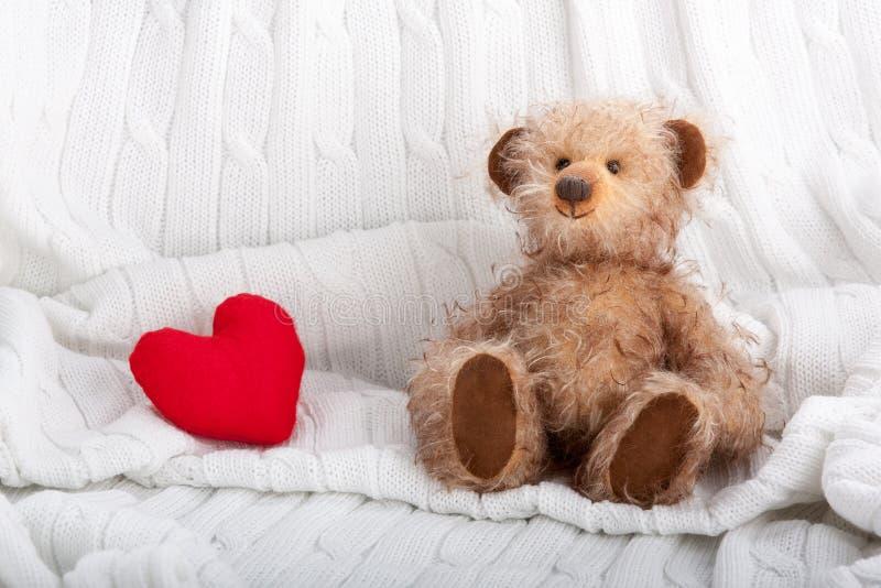 Urso da peluche e coração vermelho fotografia de stock royalty free