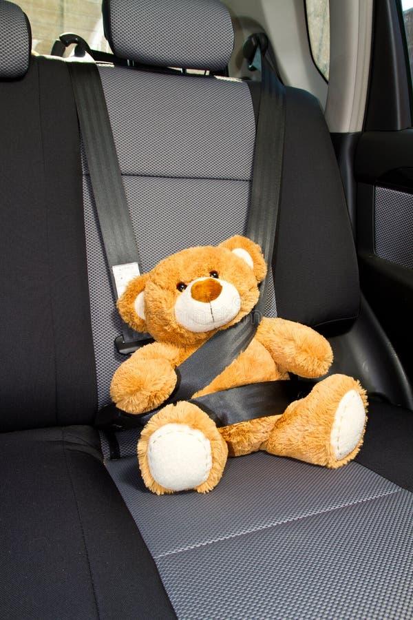 Urso da peluche em um carro imagens de stock royalty free