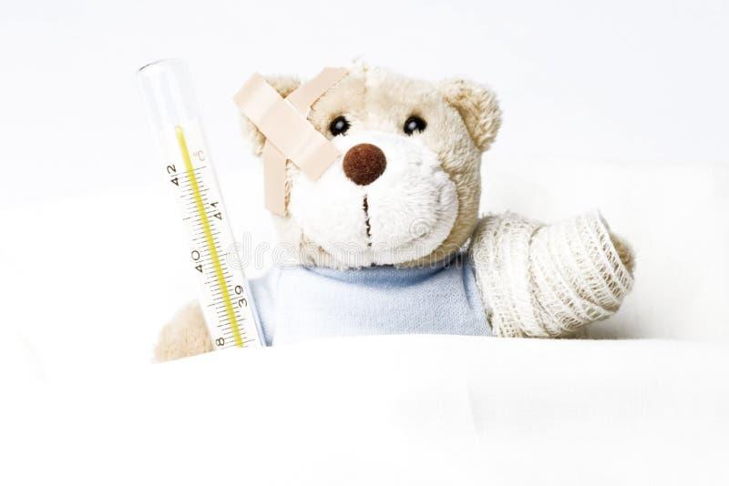 Urso da peluche na cama imagem de stock