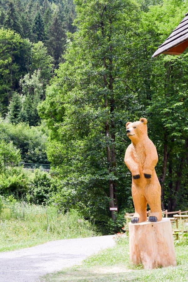 Urso de Brown que cinzela na madeira imagem de stock royalty free