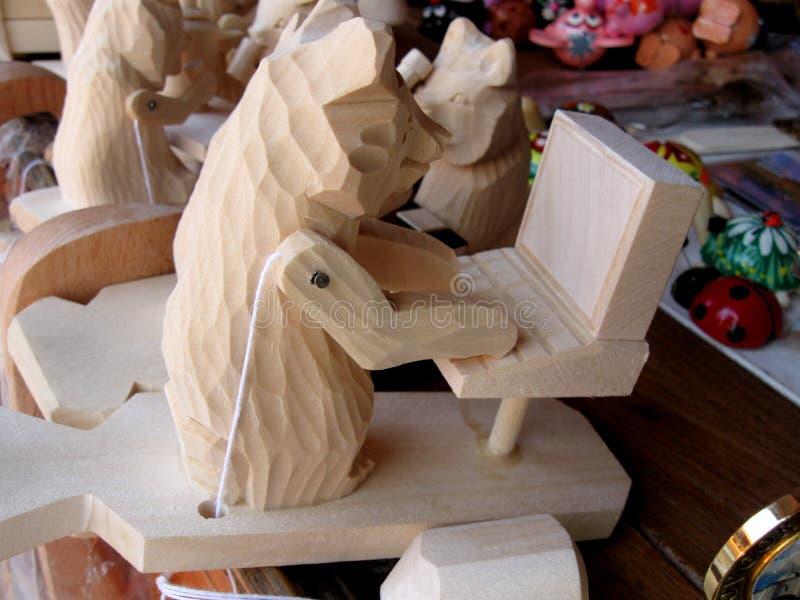 Urso de madeira do corte com PC fotografia de stock royalty free