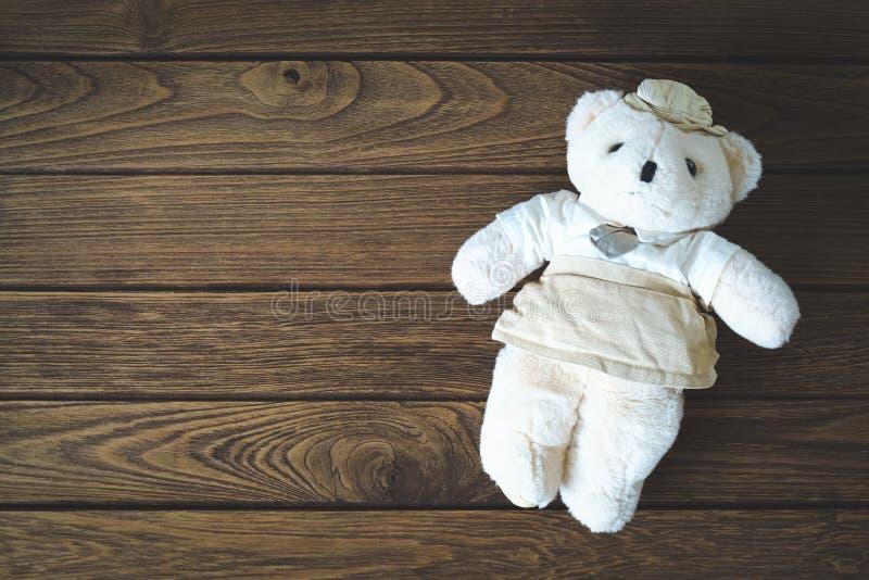 Urso de peluche bonito no fundo de madeira foto de stock